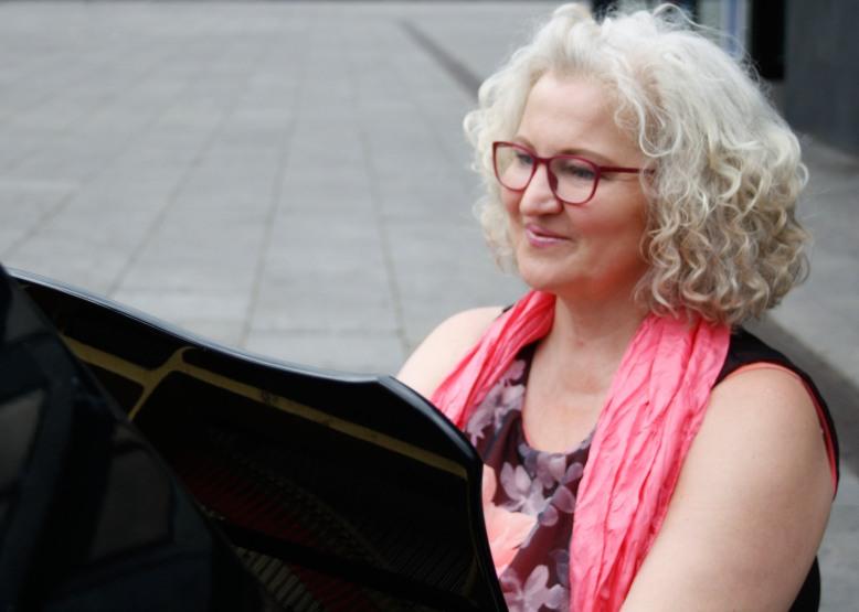 klavier-orgel-gesang-katharina-schaefer-piano-stuttgart-ludwigsburg-gerlingen-klavierunterricht-pianistin-hochzeitsmusik-haende-saengerin-open-piano-musik