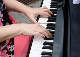 klavier-orgel-gesang-katharina-schaefer-piano-stuttgart-ludwigsburg-gerlingen-klavierunterricht-pianistin-hochzeitsmusik-haende-saengerin